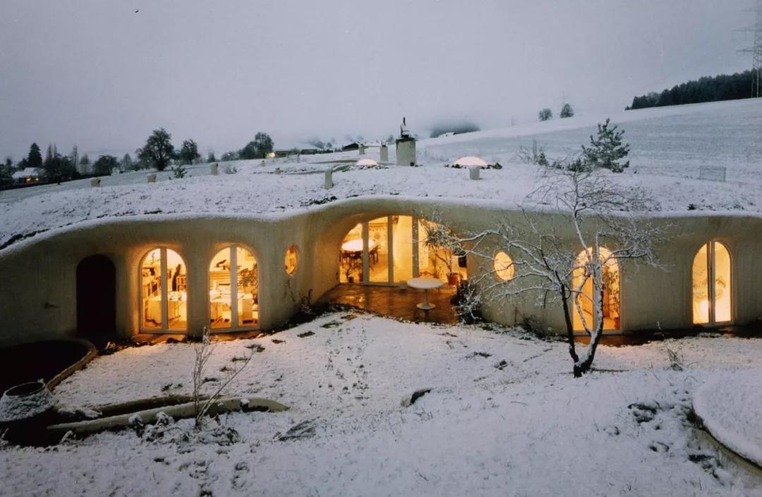 他用新型廉价材料建民宿,冬暖夏凉超舒服,成网红打卡地